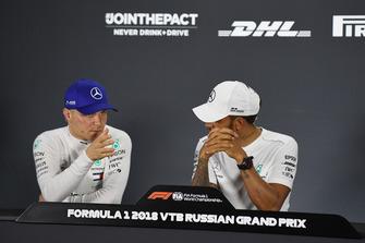 Valtteri Bottas, Mercedes AMG F1 et Lewis Hamilton, Mercedes AMG F1 lors de la conférence de presse