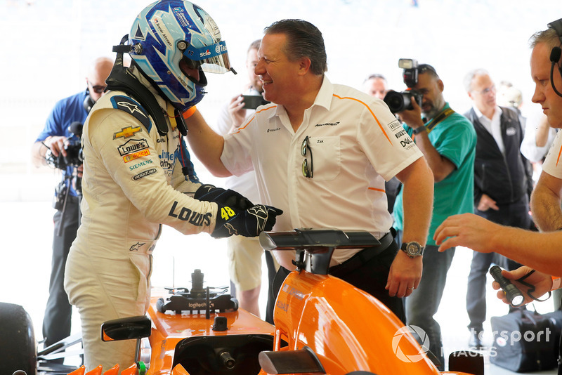 Jimmie Johnson en el McLaren y Zak Brown