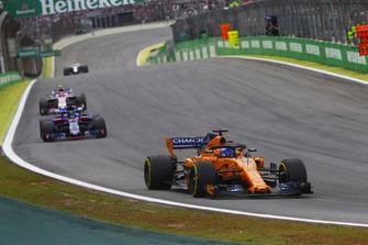 Fernando Alonso, McLaren MCL33, Brendon Hartley, Toro Rosso STR13, y Esteban Ocon, Racing Point Force India VJM11