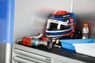 Le casque d'Edoardo Mortara, Venturi Formula E dans le garage