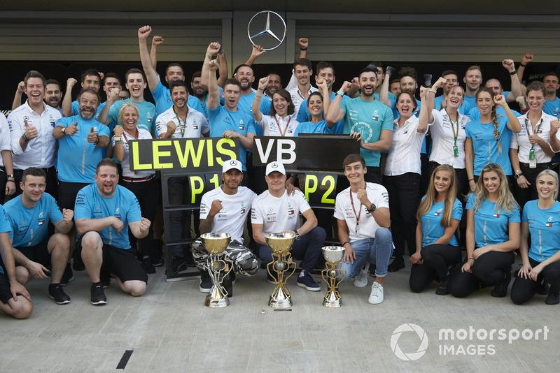 El ganador de la carrera Lewis Hamilton, Mercedes AMG F1 celebran con Valtteri Bottas, Mercedes AMG F1 y George Russell, Mercedes AMG F1 y el equipo