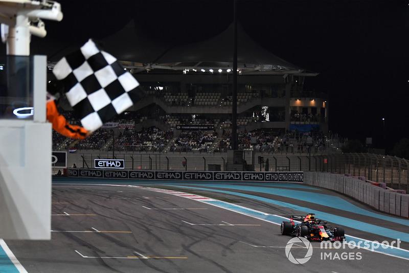 Daniel Ricciardo, Red Bull Racing RB14 passe sous le drapeau à damier