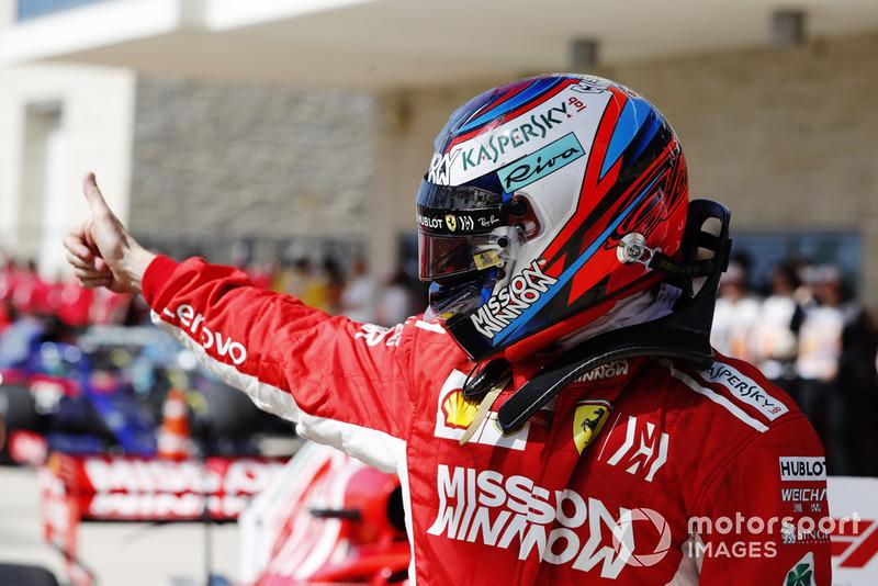 Kimi Raikkonen, Ferrari, da un pulgar hacia arriba mientras celebra después de ganar la carrera