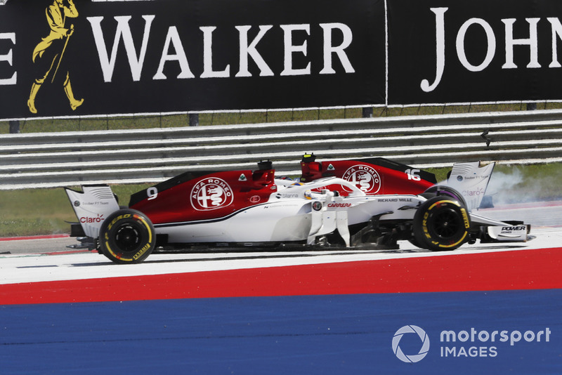 Marcus Ericsson, Sauber C37 e Charles Leclerc, Sauber C37 in testacoda al primo giro