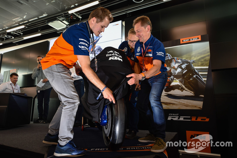 Mika Kallio, Sebastian Risse y Mike Leitner descubren la moto KTM MotoGP