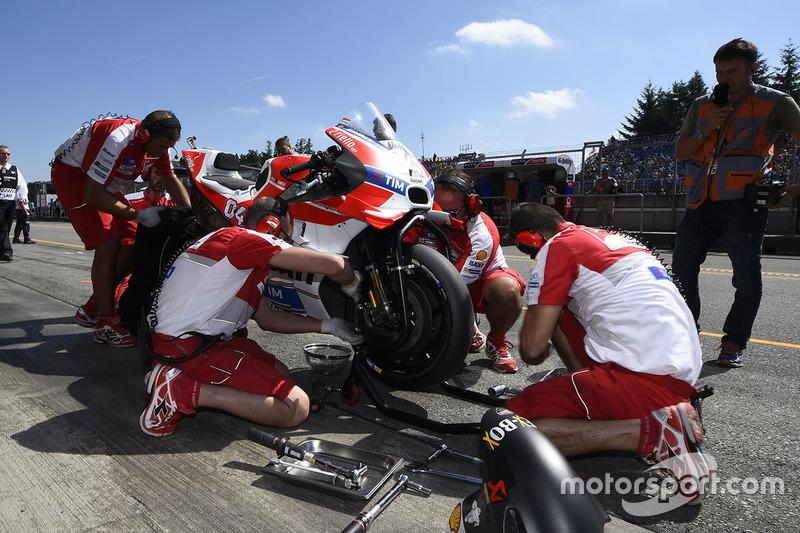 Meccanici al lavoro sulla moto di Andrea Dovizioso, Ducati Team