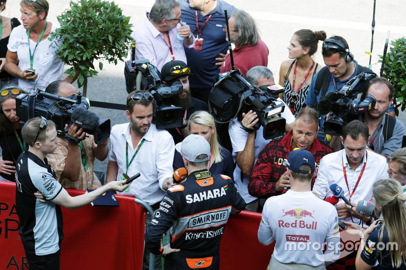 (DA sx a dx): Nico Hulkenberg, Sahara Force India F1 e Max Verstappen, Red Bull Racing con i media