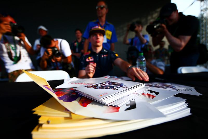 Autógrafo de tarjetas mentira delante de Max Verstappen, Red Bull Racing