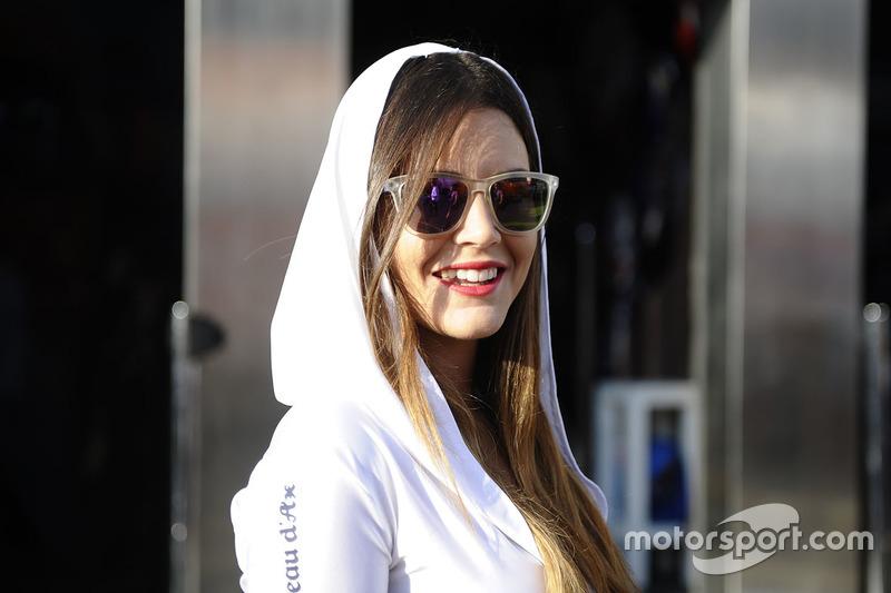 Чарівна дівчина Avintia Racing