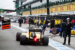 Jolyon Palmer, Renault Sport F1 Team RS16 in the pits