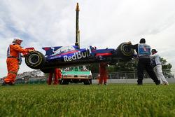 Маршалы убирают с трассы Scuderia Toro Rosso STR12 Карлоса Сайнса-мл.