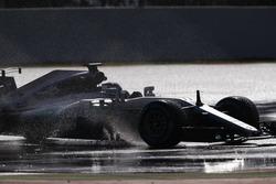 Valtteri Bottas, Mercedes AMG F1 W08, salpicadura a través de un charco