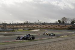 Marcus Ericsson, Sauber C36, devant Felipe Massa, Williams FW40 et Nico Hulkenberg, Renault Sport F1 Team RS17