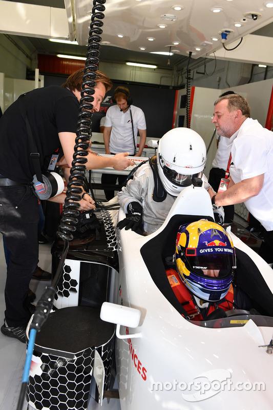 Пассажир F1 Experiences и пилот Патрик Фризахер