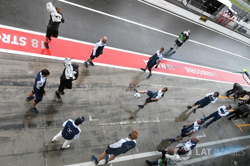 Felipe Massa, Williams and the Williams mechanics play football in pit lane
