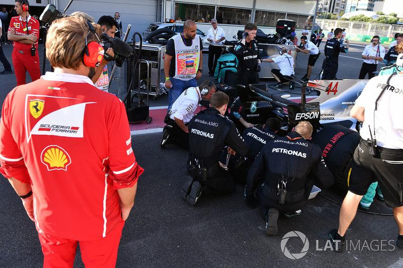 Teammitglieder von Ferrari am Auto von Lewis Hamilton, Mercedes AMG F1 W08