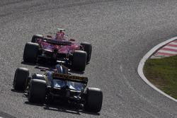 Kimi Raikkonen, Ferrari SF70H y Nico Hulkenberg, Renault Sport F1 Team RS17
