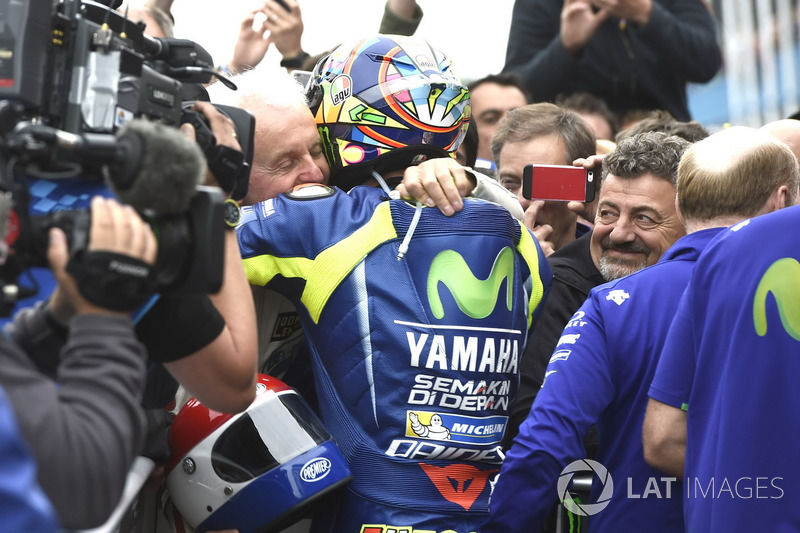 Ganador de la carrera Valentino Rossi, Yamaha Factory Racing con Will Hartog