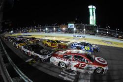 Restart: Kyle Larson, Chip Ganassi Racing Chevrolet leads