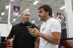 Fernando Alonso talking hablando con un ingeniero de Andretti Autosport