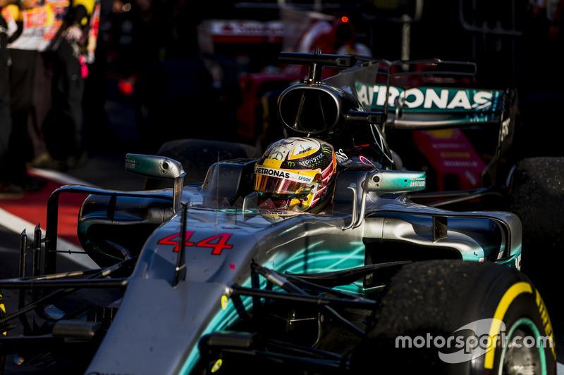 Lewis Hamilton, Mercedes AMG F1 W08 llega al parc fermme