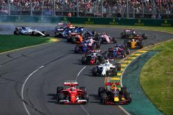 Кими Райкконен, Ferrari SF70H, и Макс Ферстаппен, Red Bull Racing RB13