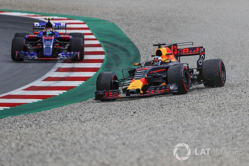 Daniel Ricciardo, Red Bull Racing RB13, Carlos Sainz Jr., Scuderia Toro Rosso STR12