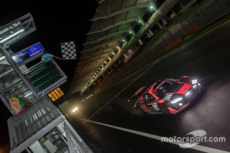 Bandera a cuadros para el #15 Audi Sport Team Phoenix, Audi R8 LMS: Christopher Haase, Robin Frijns,