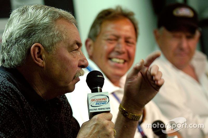 Piloto de la NASCAR Busch Series, Tommy Houston habla en el 25 aniversario de la NASCAR Busch Serie