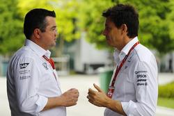 Eric Boullier, directeur de la compétition, McLaren, parle à Toto Wolff, directeur exécutif, Mercedes AMG F1