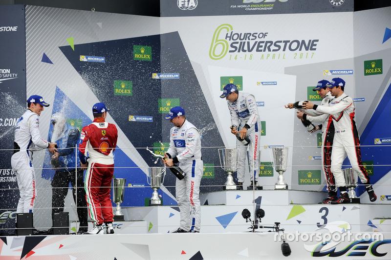 Podium GTE-Pro: Champagne schower