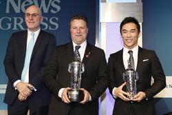 BorgWarner Presidente y CEO James Verrier con Michael Andretti ay el ganador de las Indy 500 Takuma Sato