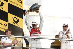 Подиум: обладатель второго места Рене Раст, Audi Sport Team Rosberg