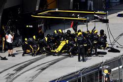 Carlos Sainz Jr., Renault Sport F1 Team R.S. 18 pit stop