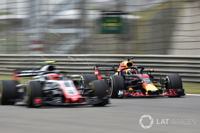 Daniel Ricciardo, Red Bull Racing RB14 and Kevin Magnussen, Haas F1 Team VF-18
