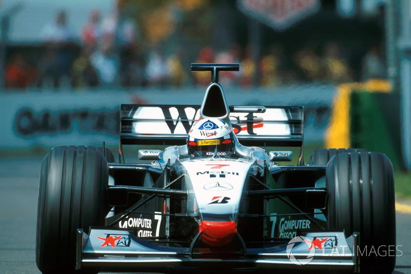 14. El McLaren Mercedes MP4/13 de F1