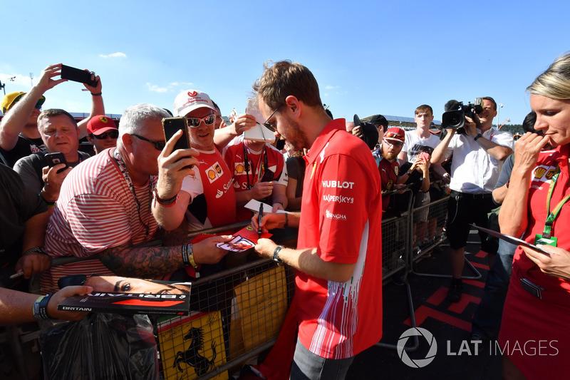 Sebastian Vettel, Ferrari, firma autografi ai tifosi