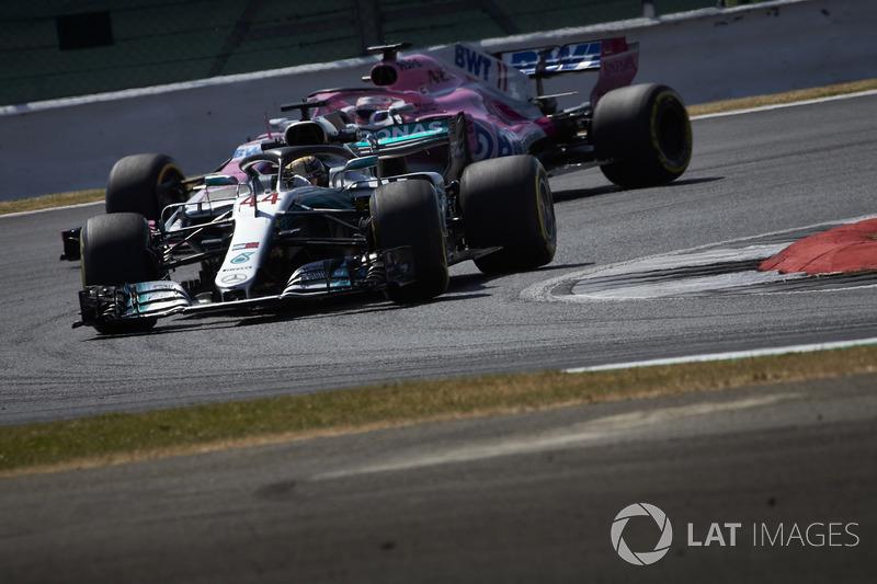 Lewis Hamilton, Mercedes AMG F1 W09, devant Sergio Perez, Force India VJM11