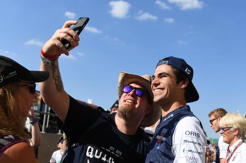 Lance Stroll, Williams fait un selfie avec des fans