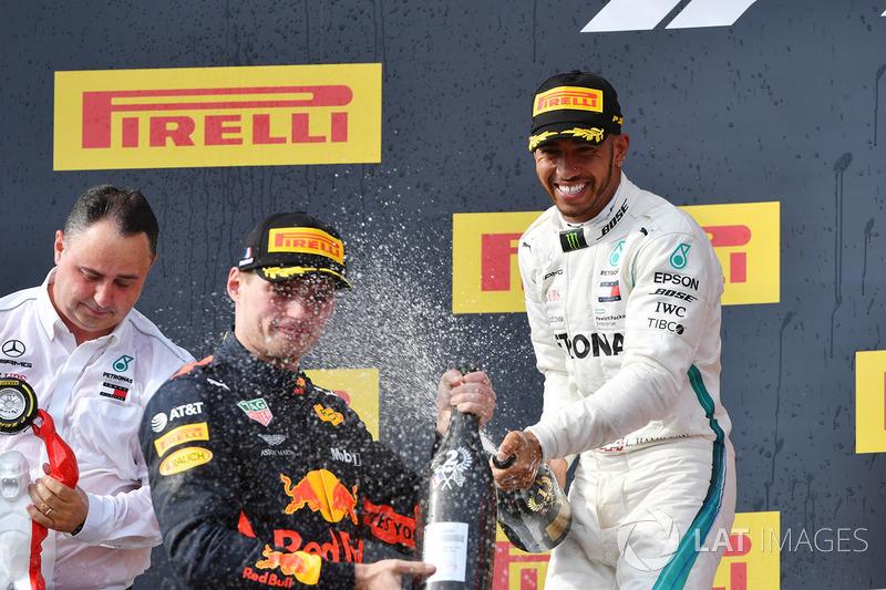 Max Verstappen, Red Bull Racing y Lewis Hamilton, Mercedes-AMG F1 celebran en el podio de Francia