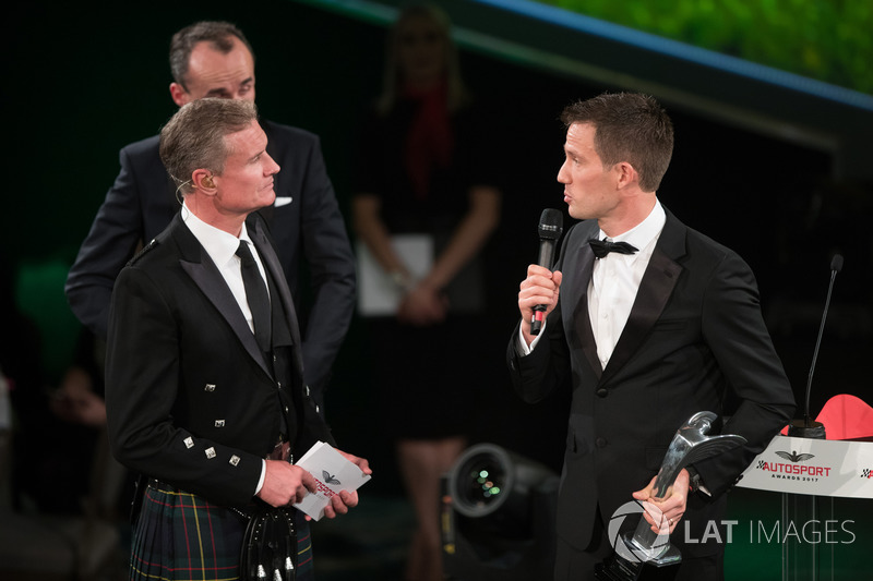 Robert Kubica presenta el premio piloto del año de Rally a Sébastien Ogier