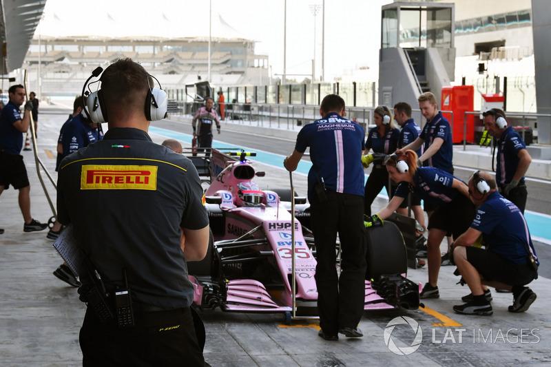 Pirelli engineer and Nikita Mazepin, Sahara Force India VJM10