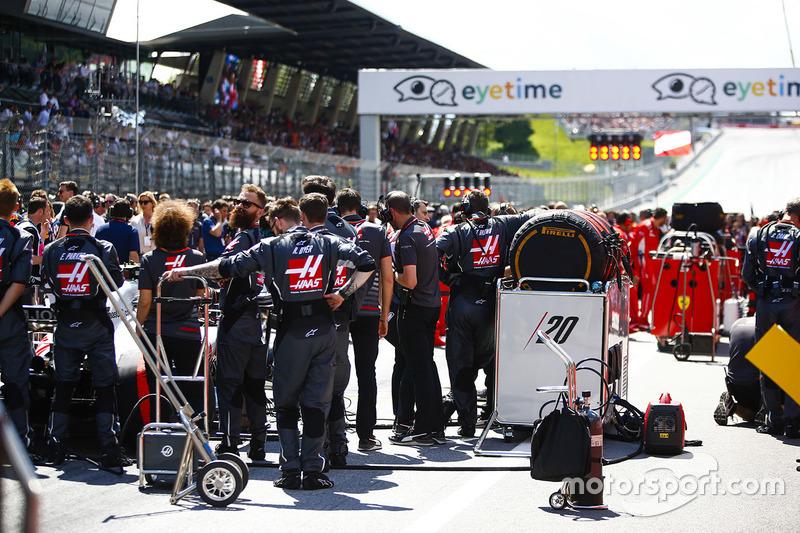 Des ingénieurs Haas F1 sur la grille