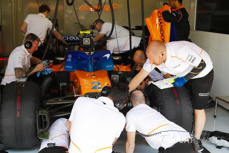 Ingegneri al lavoro sulla monoposto di Stoffel Vandoorne, McLaren MCL33