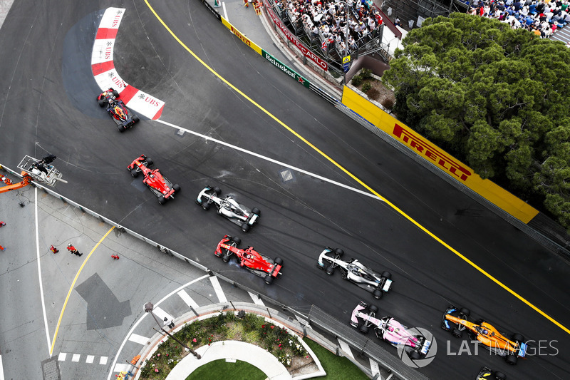 Daniel Ricciardo, Red Bull Racing RB14, lidera aSebastian Vettel, Ferrari SF71H, Lewis Hamilton, Mercedes AMG F1 W09, Kimi Raikkonen, Ferrari SF71H, Valtteri Bottas, Mercedes AMG F1 W09, Esteban Ocon, Force India VJM11, y Fernando Alonso, McLaren MCL33, al