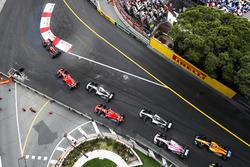 Даниэль Риккардо, Red Bull Racing RB14, Себастьян Феттель, Ferrari SF71H, Льюис Хэмилтон, Mercedes AMG F1 W09, и Кими Райкконен, Ferrari SF71H, Валттери Боттас, Mercedes AMG F1 W09, Эстебан Окон, Sahara Force India F1 VJM11, и Фернандо Алонсо, McLaren MCL3