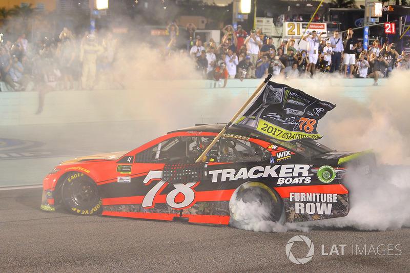 "<img src=""https://cdn-8.motorsport.com/static/img/cfp/0/0/0/200/228/s3/united_states-2.jpg"" alt="""" width=""20"" height=""12"" />Мартин Труэкс-младший, Furniture Row Racing Toyota (NASCAR, чемпион, 5040очков, восемь побед)"
