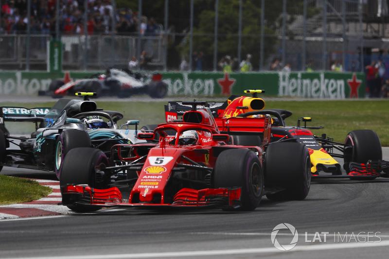 Sebastian Vettel, Ferrari SF71H, devant Valtteri Bottas, Mercedes AMG F1 W09 et Max Verstappen, Red Bull Racing RB14 au départ