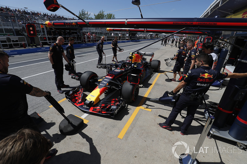 Max Verstappen, Red Bull Racing RB14, in the pits during practice
