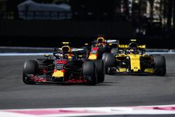 Max Verstappen, Red Bull Racing RB14, Carlos Sainz Jr., Renault Sport F1 Team R.S. 18, Daniel Ricciardo, Red Bull Racing RB14